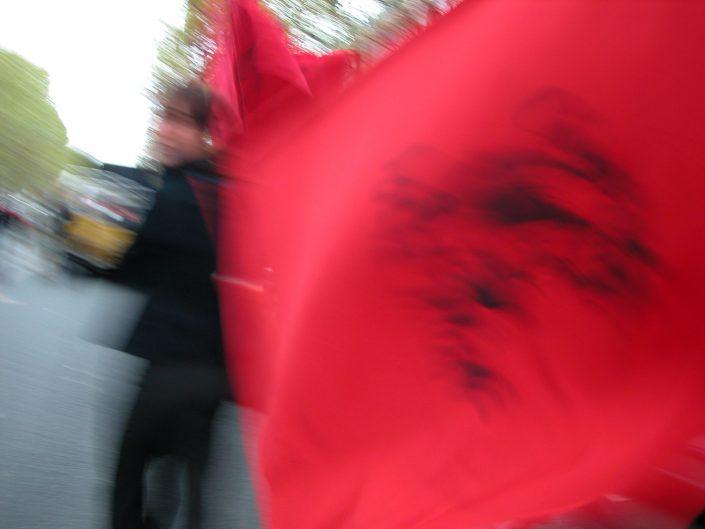 Drapeau rouge en mouvement